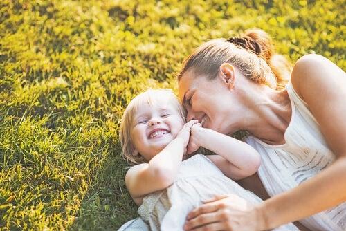 çimlerde yatan anne ve kız bebek
