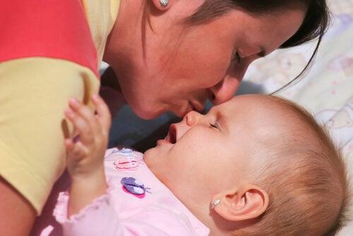 bebeğinin burnunu öpen anne