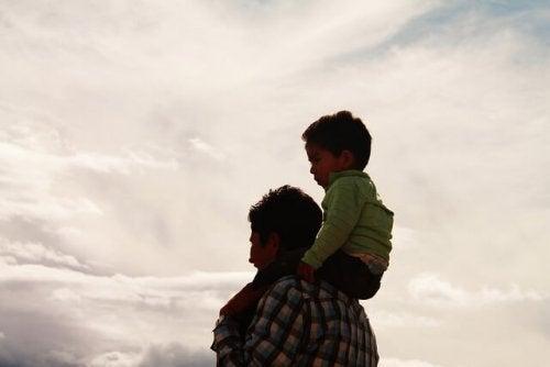 oğlunu omuzlarına alan baba