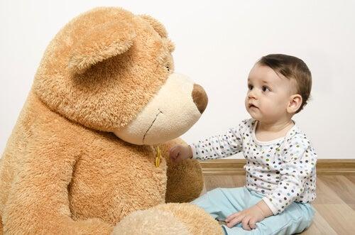 oyuncak ayı ve bebek