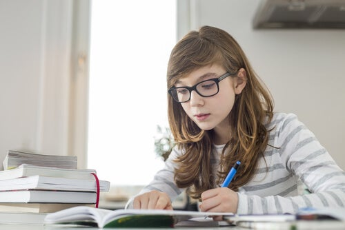 ders çalışan kız çocuk