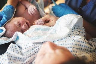 yenidoğan bebeği kucağında anne