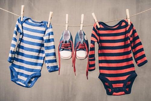 mandalla asılmış bebek kıyafeti
