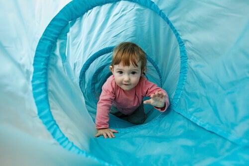 oyuncak tünelden geçen bebek
