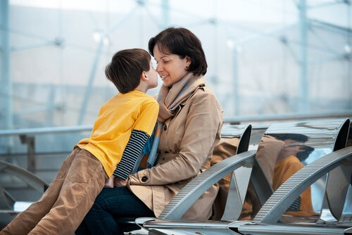 annesine sevgi gösteren erkek çocuk
