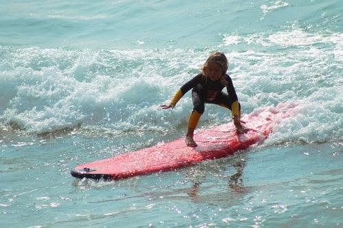 sörf yapan çocuk
