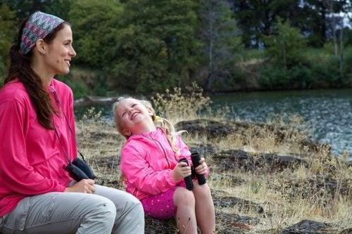 göl kenarında anne ve kızı