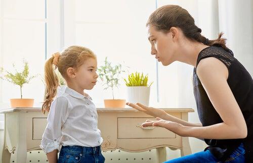 kızı ile konuşan anne