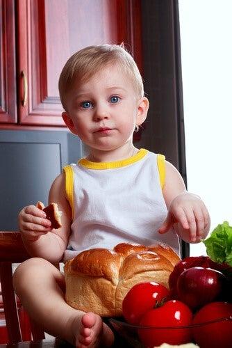 yemek masasında oturan mavi gözlü güzel bebek