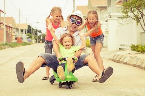 kızlarıyla bisiklete binen baba