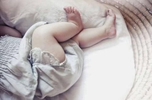 uyuyan tombul bacaklı bebek