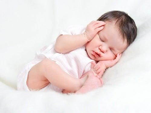 kafasını tutarak uyuyan bebek
