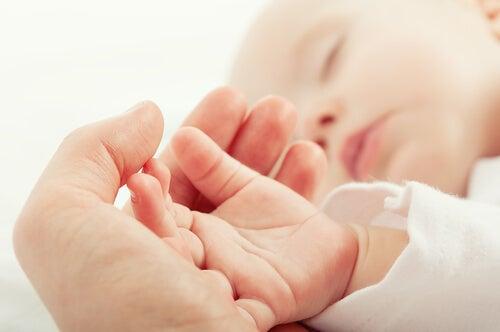 bebek ve anne eli içiçe