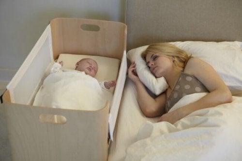 uyuyan bebeğinin yanında yatan anne