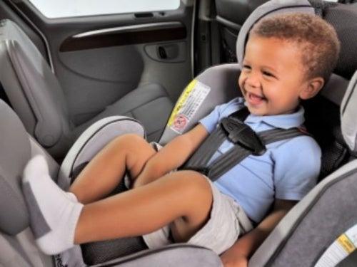 yaz günü arabada çocuk koltuğunda oturan erkek çocuk