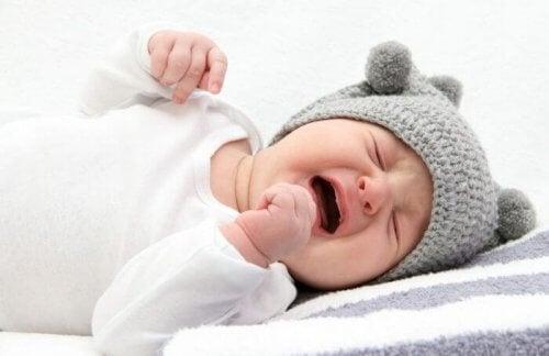 ağlayan şapkalı bebek