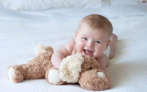 oyuncak köpek ve gülen bebek