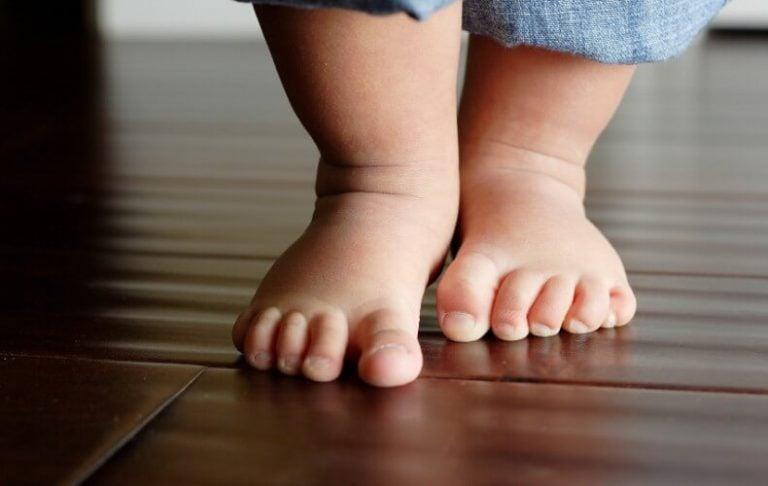 çıplak ayak yürüyen bebek
