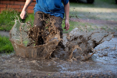 çamurda zıplayan çocuk