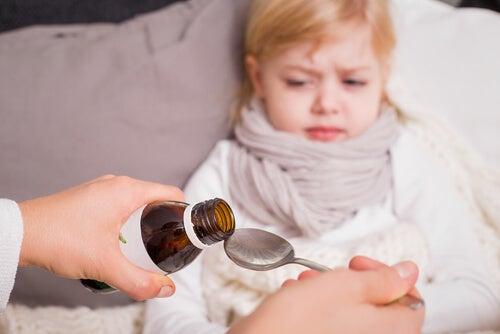 ilaç içmeye hazırlanan kız çocuk