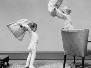 yastık savaşı yapan çocuklar