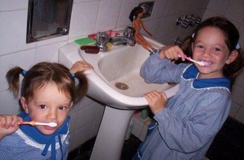 dişlerini fırçalayan iki kardeş
