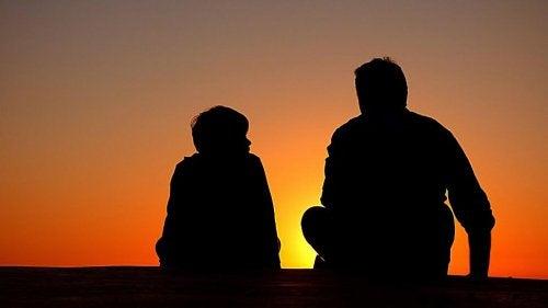 gün batımında baba ve oğlu