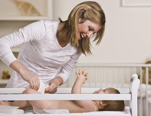 bebeğinin altını değiştiren anne