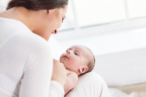 bebeğiyle oynayan anne