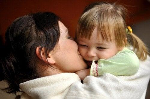 annesi öpünce sevinen kız