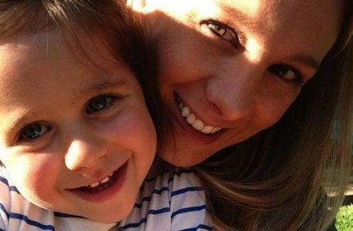 gülümseyen anne ve bebeği