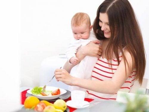 bebek ve yemek yiyen anne