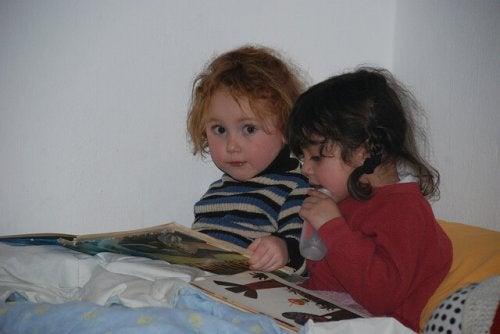 kitap okuyan iki kız çocuk