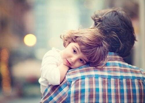 oğlunu kucakta taşıyan baba