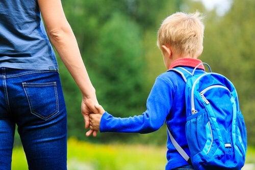 oğlunun elini tutan anne