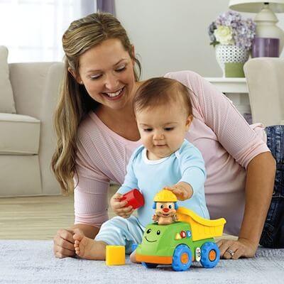 oyun oynayan bebek ve annesi