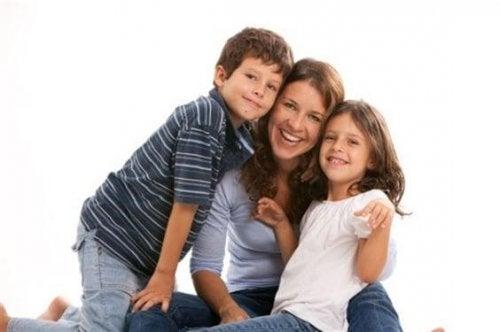 anne oğlu ve kızı sarılırken