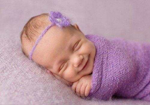 uyurken gülümseyen bebek