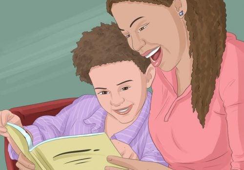 oğluyla kitap okuyan anne