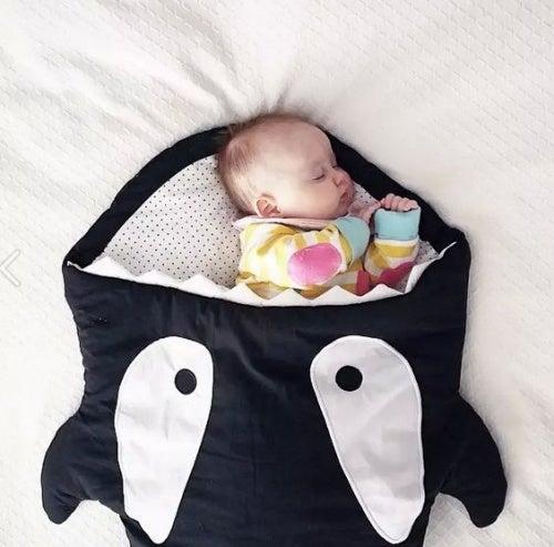 uyuyan yenidoğan bebek