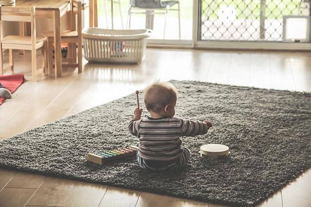 Bebekler neden her şeyi yere atarlar?