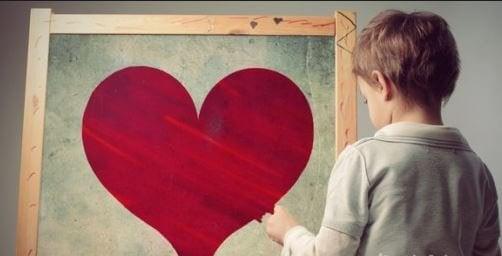 çerçevede kalp ve çocuk