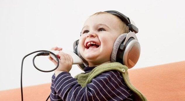 kulaklıkla şarkı söyleyen bebek
