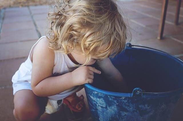 kovadan birşeyler alan çocuk