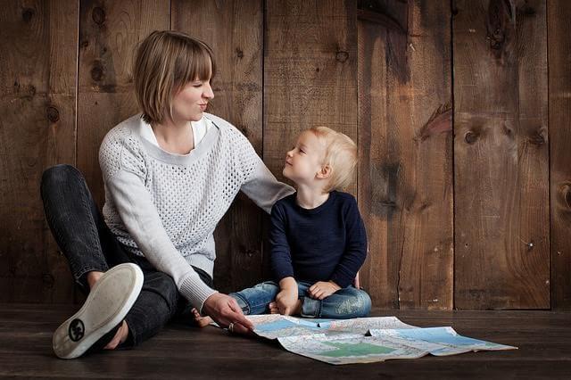haritaya bakan anne ve çocuğu