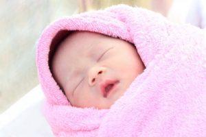 pembe havluya sarılı bebek