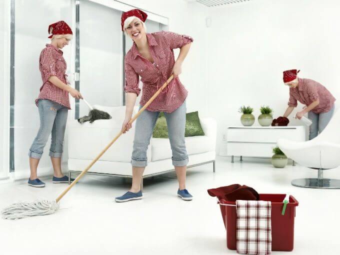 evi temizleyen kadın