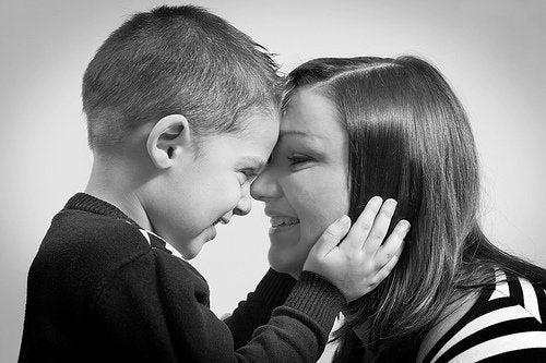 anne ve oğlu siyah beyaz