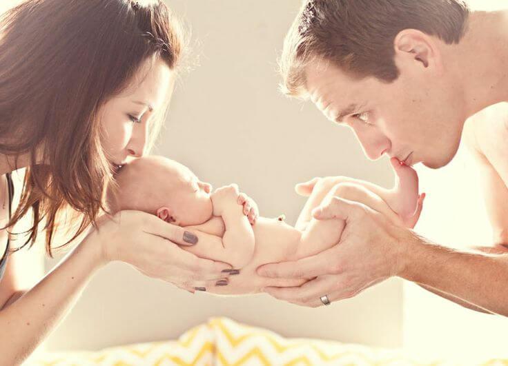 bebeklerini öpen anne ve baba