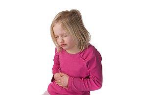 karnı ağrıyan kız çocuk